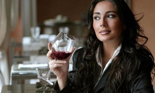 Алкоголь крепит и может провоцировать запоры при геморрое