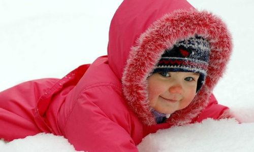 Родители, столкнувшись с такой болезнью у своего ребенка, часто считают: недуг спровоцировало пребывание малыша на холодном воздухе