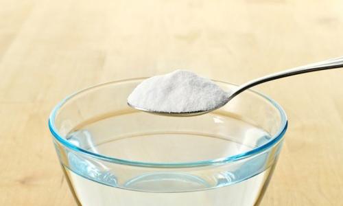 После еды обязательно нужно прополоскать рот теплой кипяченой водой. Для дополнительной дезинфекции в воду можно добавить немного соды