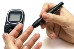 Постоянный контроль уровня сахара в крови при употреблении меда