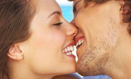 Вирус герпеса легко перенести из области рта на поверхность носа или глаз. На основании этого можно сделать вывод о том, что герпес легко передается через поцелуи