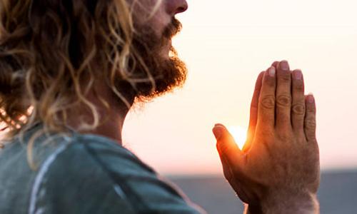 Многие пациенты пытаются вылечить геморрой с помощью молитвы