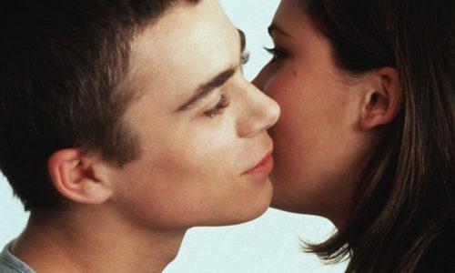 Контакт с зараженным человеком через поцелуй является причиной заражения герпесом