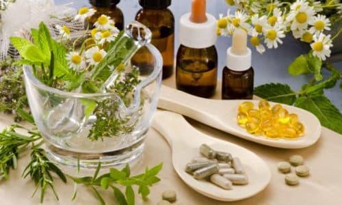 Лечение герпеса народными средствами чаще всего основывается на использовании лекарственных трав, из которых делаются разнообразные примочки и мази
